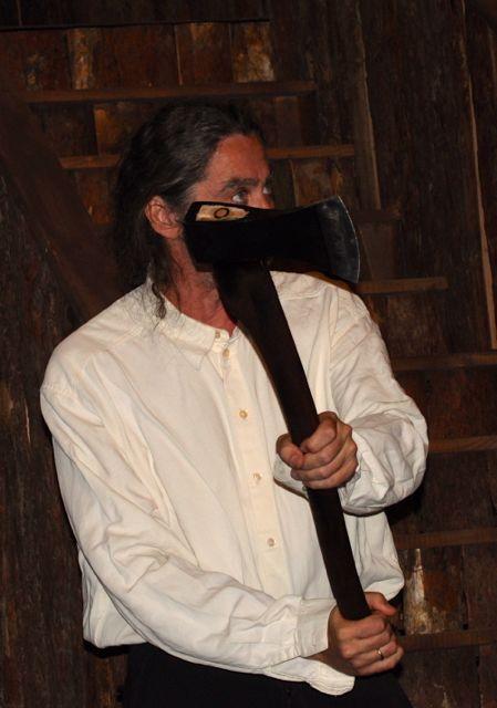 Akár egy horrorfilm jelenete is lehetne: Bicskey Lukács a fejsze árnyékában...