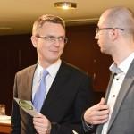 Rétvári Bence  EMMI államtitkár beszélget ismerősével